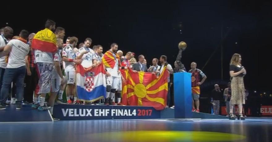 Самсоненко го држи македонското знаме