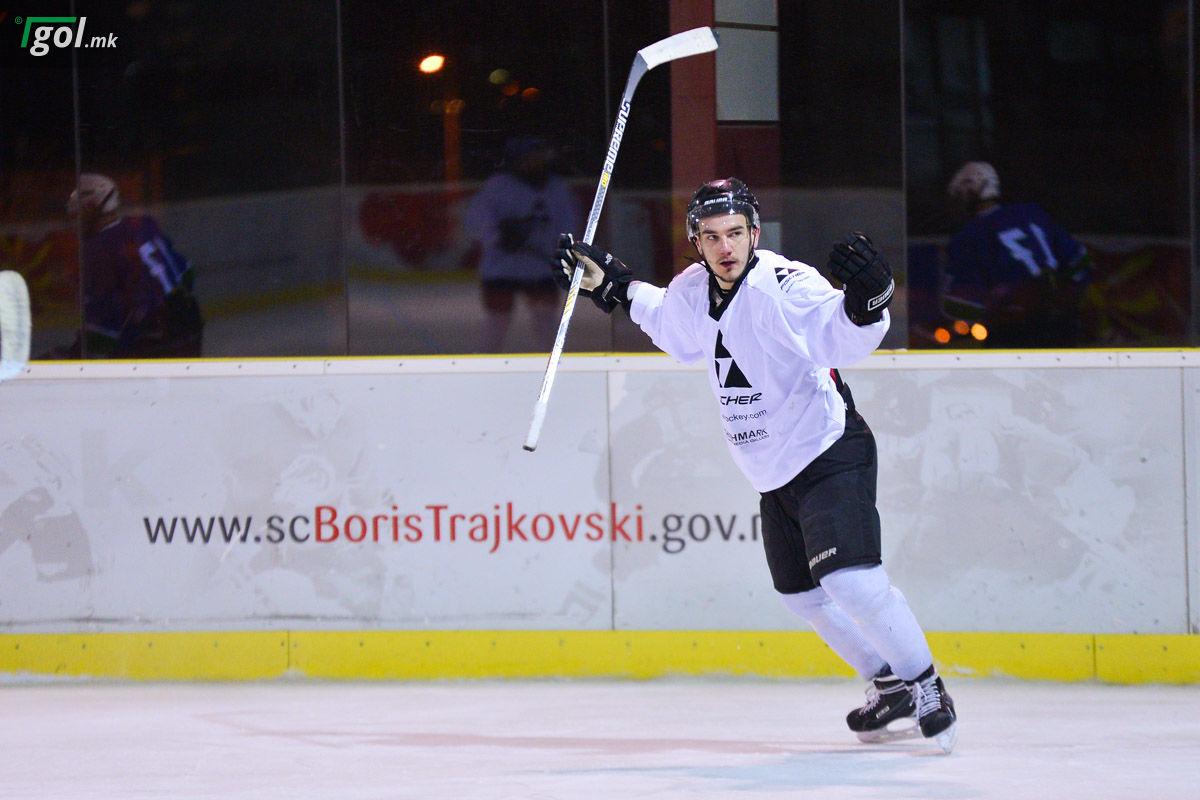 Хокејарите на Металург слават постигнат гол