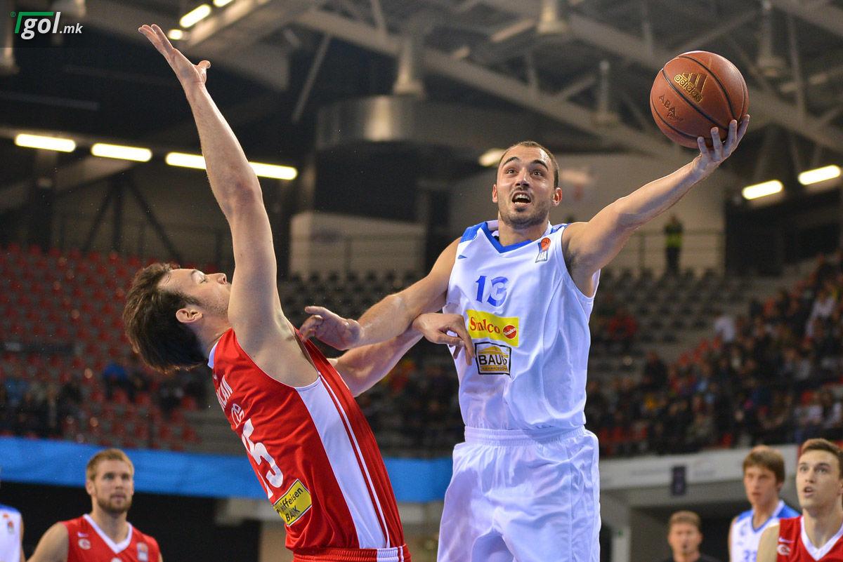 Кошаркарот Ѓорѓе Дреновац во акција на натпреварот со Цибона