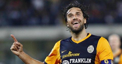 Фудбалерот Лука Тони прославува гол во дресот на Верона