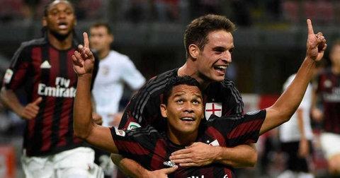 Бака прославува гол за Милан