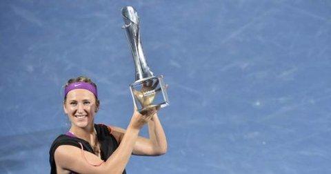 Викторија Азаренка со трофејот во Бризбејн