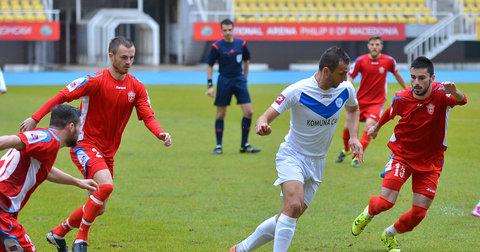 Фудбалерите на Работнички и Шкупи н тешкиот терен во Скопје