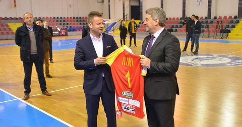 Живко Мукаетов и Ѓорѓе Иванов со почесниот дрес на претседателот